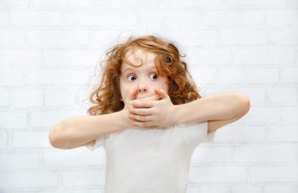 Mon enfant bégaie, hésite ou répète des mots en parlant. Que faire?