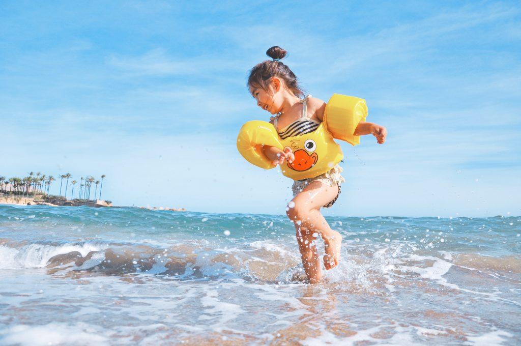 Que ce soit au chalet, dans le sud ou à la maison, toute la famille, et  surtout les enfants, ont besoin de fraîcheur en vacances. 06be295c29d3