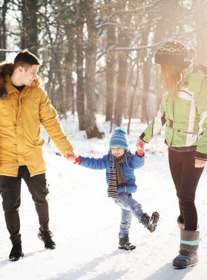 6 raisons de jouer dehors avec les enfants en hiver