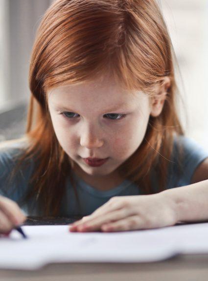Mon enfant a des difficultés en lecture et en écriture. Qui consulter?