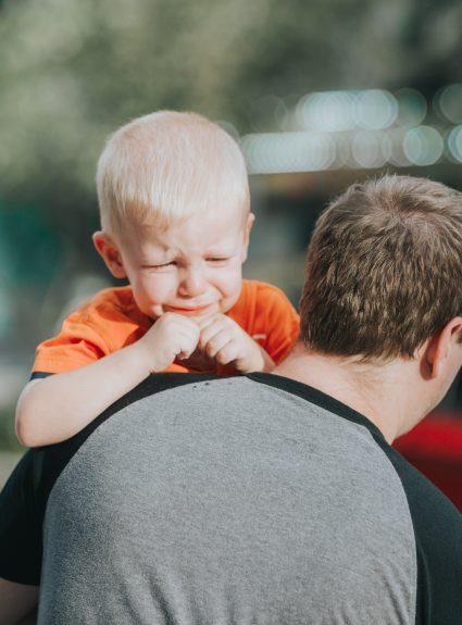 Comment réagir avec un enfant pleurnicheur?