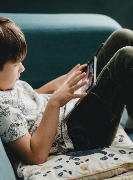 Des ressources gratuites en ligne pour amuser les enfants à la maison