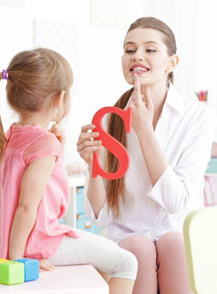Mon enfant parle sur le bout de la langue ou zozote. Que faire?